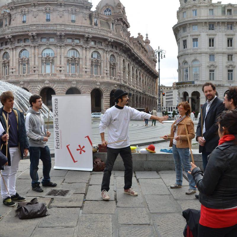 Pietro Olla Clown Didattico Spiegazione con pubblico di fronte al festiva dell scienze di genova