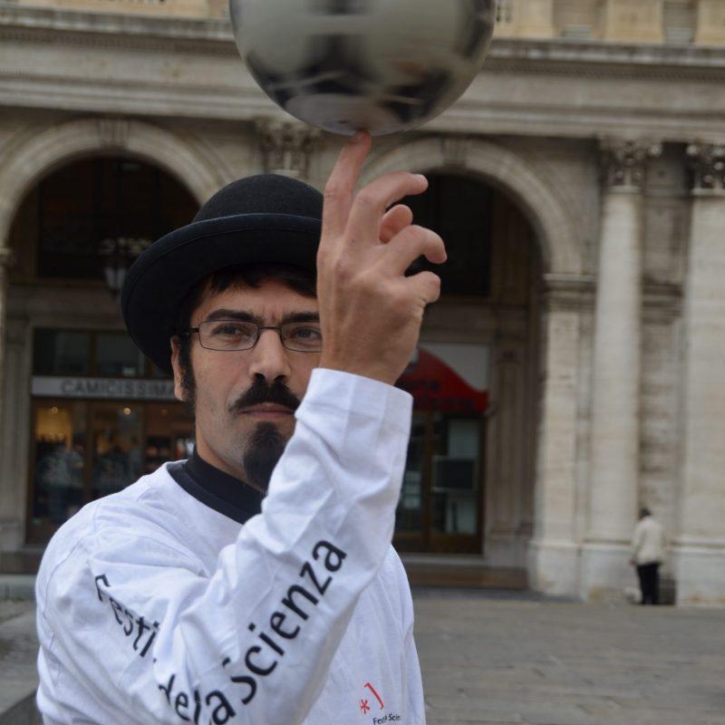 Pietro Olla Clown Didattico Spettacolo con rotazione di palla da calcio sul dito indice