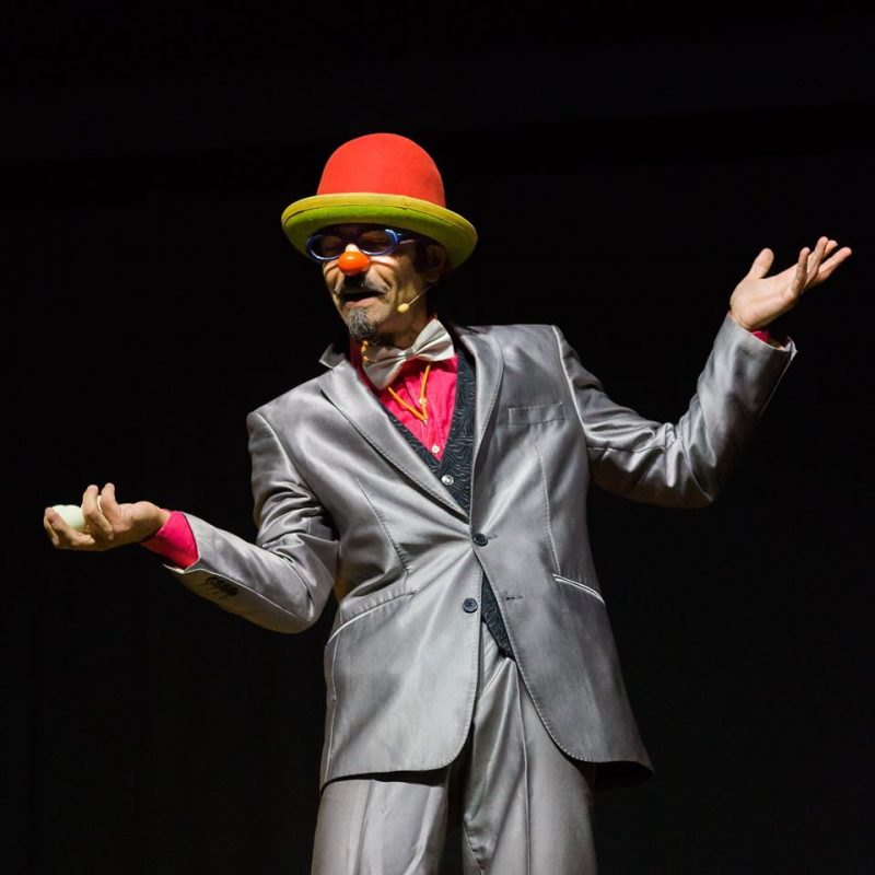 Prof pietrosky cappello rosso in performance