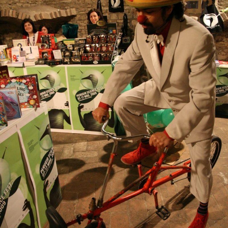 Pietro Olla Clown Atrito su bici da circo, naso rosso e cappello rosso Perugia Science Fest del 2009
